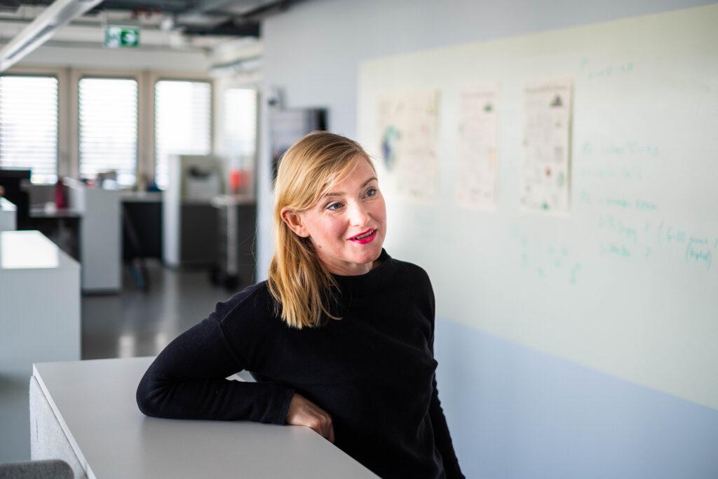 Aiga Senftleben spricht im Büro von Billie in Berlin