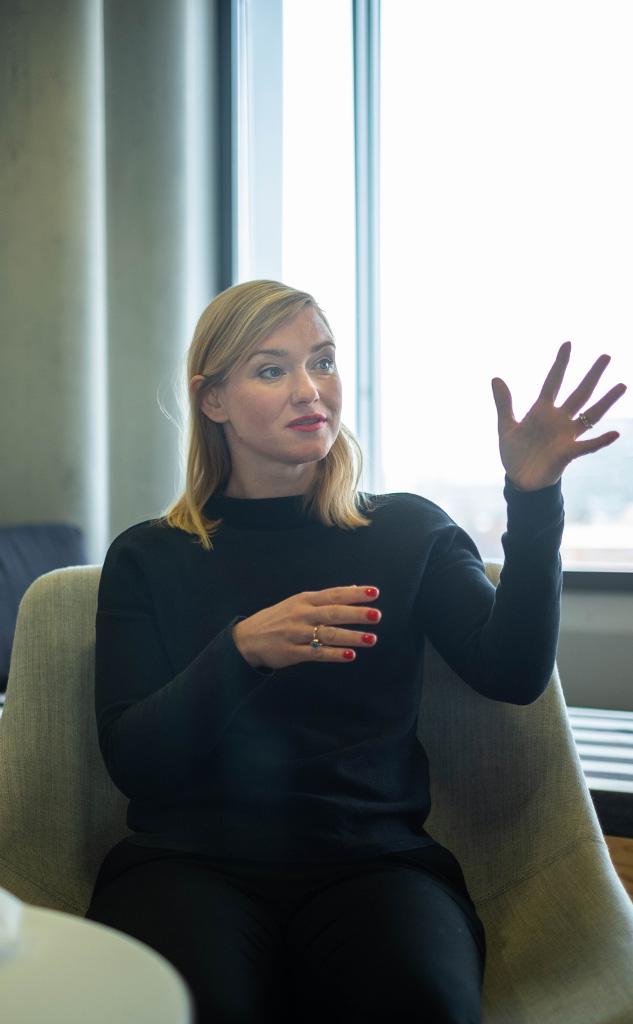 Aiga Senftleben sitzt im Sessel des Billy-Büros in Berlin
