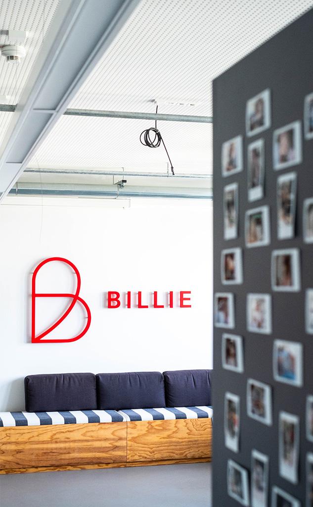 Billie Logo im Eingangsbereich des Büros